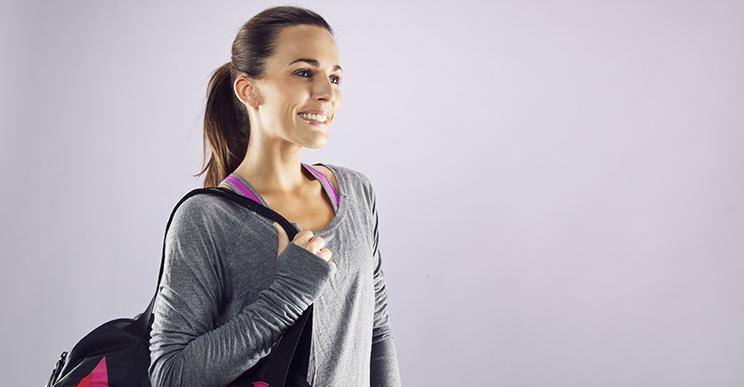 Frau mit Sporttasche